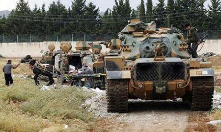 Nga dieu S-400 toi Syria, Tho Nhi Ky dua xe tang ap sat bien gioi - Anh 2