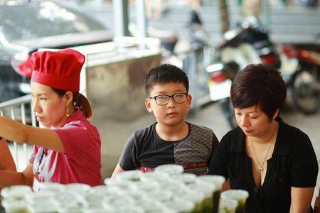 A hau Huyen My cung me va em trai di phat com tu thien - Anh 6