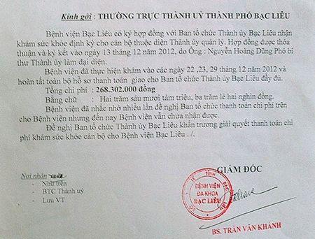 Ke toan Thanh uy Bac Lieu dap vo binh tra khi giao so sach - Anh 1
