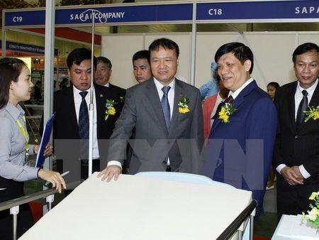 Trung bay hang loat duoc, my pham va thiet bi y te hien dai - Anh 1
