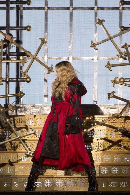 Madonna 57 tuoi van sung suc tren san khau - Anh 2