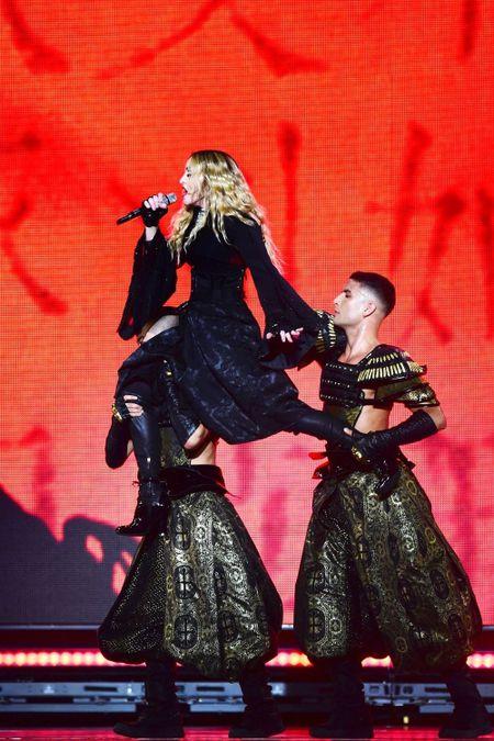 Madonna 57 tuoi van sung suc tren san khau - Anh 3