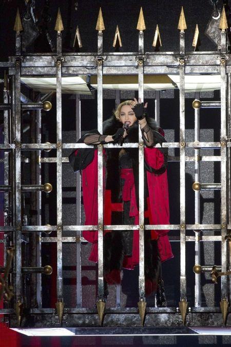 Madonna 57 tuoi van sung suc tren san khau - Anh 4