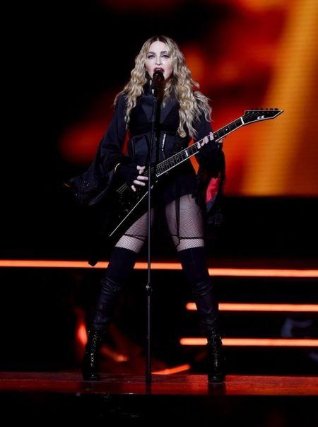 Madonna 57 tuoi van sung suc tren san khau - Anh 5