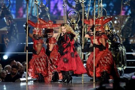 Madonna 57 tuoi van sung suc tren san khau - Anh 6