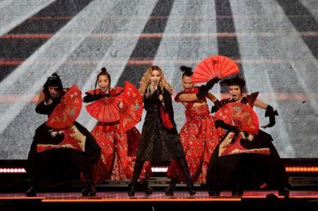Madonna 57 tuoi van sung suc tren san khau - Anh 8