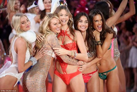 He lo clip nong nhat cua Victoria's Secret Show 2015 - Anh 4
