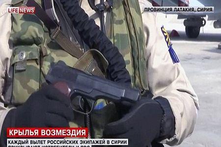 Phi cong Nga duoc trang bi sung ngan va AK, sau vu Su-24 bi ban roi - Anh 1