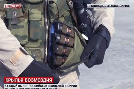 Phi cong Nga duoc trang bi sung ngan va AK, sau vu Su-24 bi ban roi - Anh 2