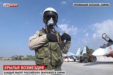 Phi cong Nga duoc trang bi sung ngan va AK, sau vu Su-24 bi ban roi - Anh 3