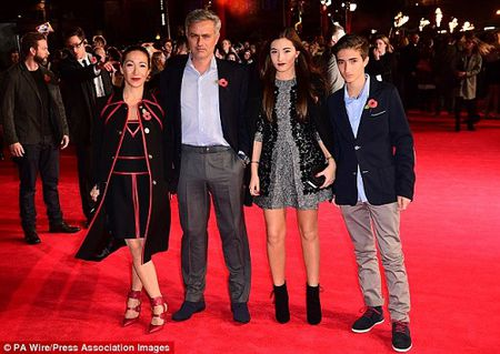 Mourinho: Len lut qua dem nhung nhat quyet khong 'bo' vo - Anh 2