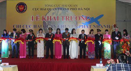 Hang chuyen phat nhanh lam thu tuc hai quan tap trung tai Noi Bai - Anh 1