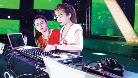 Goc khuat nghe DJ: Cam bay sau anh den mo - Anh 1