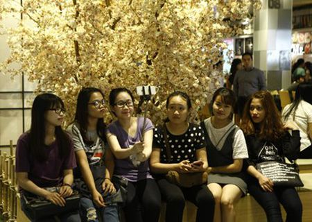 Ruc ro sac mau tai Aeon mall Long Bien - Anh 7