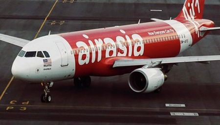 AirAsia lai gap rac roi, 13 phi cong bong nhien nhiem cum 'la' - Anh 1