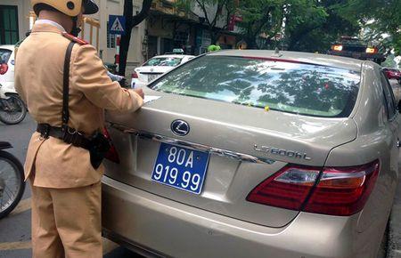 Ha Noi: CSGT tam giu Lexus 6 ty mang bien xanh 80A-919.99 - Anh 1
