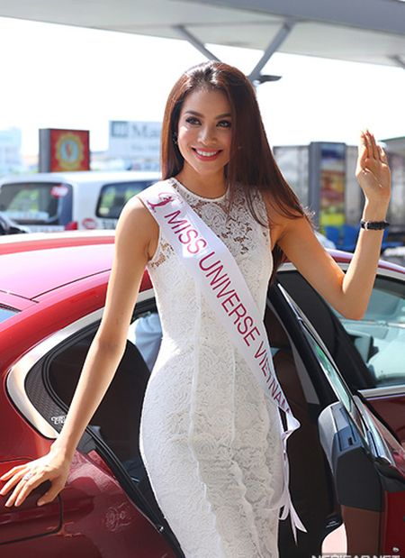 Pham Huong mang 8 vali sang My thi Miss Universe - Anh 1