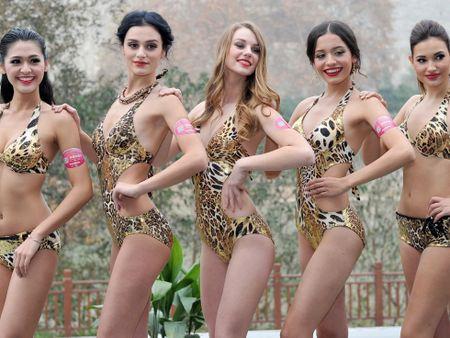 Boc lua 42 thi sinh trong trang phuc bikini tham du cuoc thi Hoa hau cac quoc gia nam 2015 - Anh 1