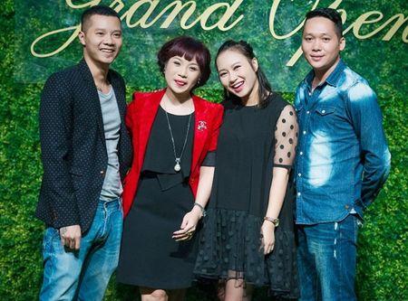 Ca si Ngoc Khue dan ban trai kem tuoi di su kien - Anh 1