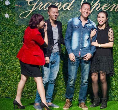 Ca si Ngoc Khue dan ban trai kem tuoi di su kien - Anh 2