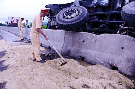 Quang Ngai: QL1A lenh lang dau diesel do tai xe ngu gat - Anh 2
