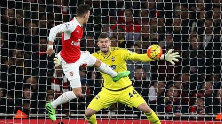 "Arsenal ""bat luc"" truoc Southampton, Leicester ha guc Liverpool - Anh 1"