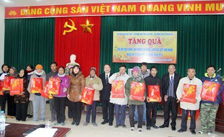 Tang qua Tet cho nong dan ngheo Hung Yen - Anh 1