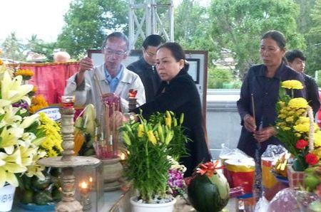 Tung dong nguoi vieng mo ong Nguyen Ba Thanh ngay gio dau - Anh 3
