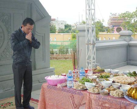 Tung dong nguoi vieng mo ong Nguyen Ba Thanh ngay gio dau - Anh 4