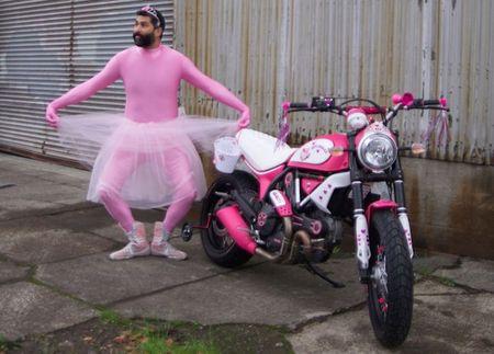 """Chet cuoi"" voi Ducati Scrambler ban do Hello Kitty - Anh 3"