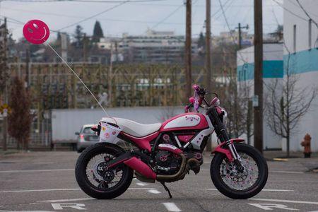 """Chet cuoi"" voi Ducati Scrambler ban do Hello Kitty - Anh 5"