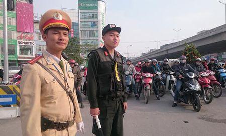 Ha Noi: Tang cuong gan 400 canh sat tham gia dieu tiet giao thong - Anh 1