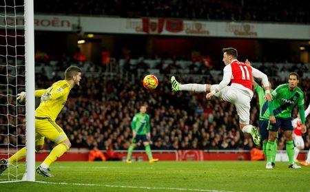 Arsenal tung co trang trong cuoc dua vo dich Premier League - Anh 2