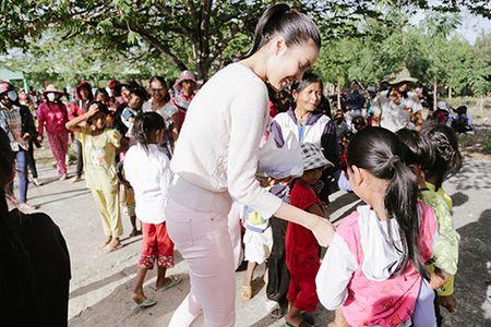 Lan Khue mang Tet den voi nhung nguoi ngheo Ninh Thuan - Anh 3