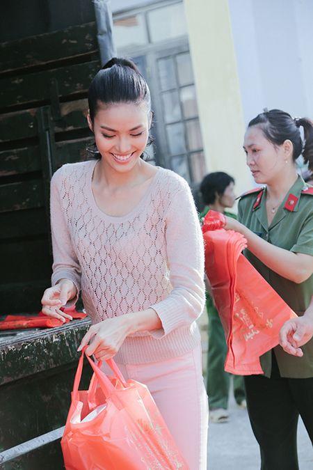 Lan Khue mang Tet den voi nhung nguoi ngheo Ninh Thuan - Anh 4