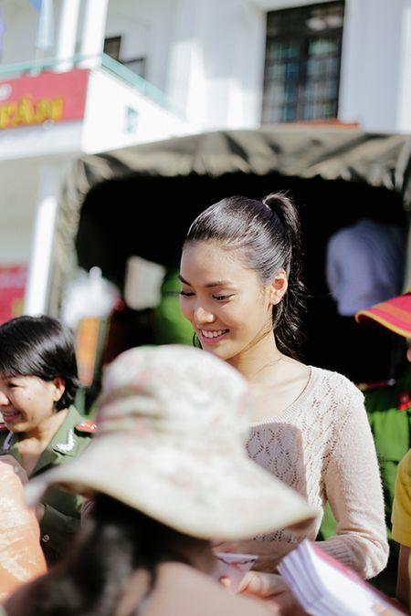 Lan Khue mang Tet den voi nhung nguoi ngheo Ninh Thuan - Anh 6