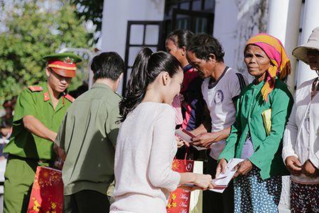 Lan Khue mang Tet den voi nhung nguoi ngheo Ninh Thuan - Anh 7