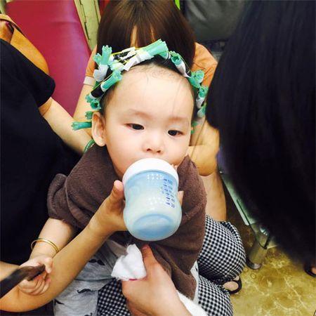 HH Diem Huong cho con trai 1 tuoi di lam toc don Tet - Anh 1