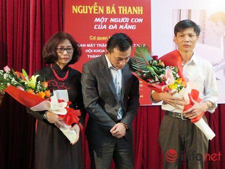 """Tuon trao nuoc mat voi phim tai lieu ong Nguyen Ba Thanh """"song trong long dan""""! - Anh 1"""