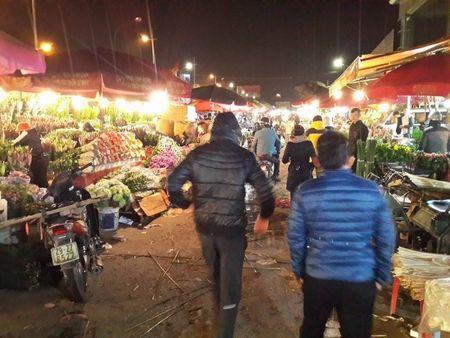 Cho hoa dem Quang An: Ruc ro va nhon nhip ngay giap tet - Anh 2