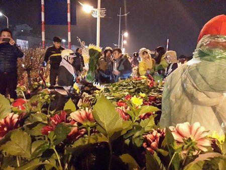 Cho hoa dem Quang An: Ruc ro va nhon nhip ngay giap tet - Anh 3