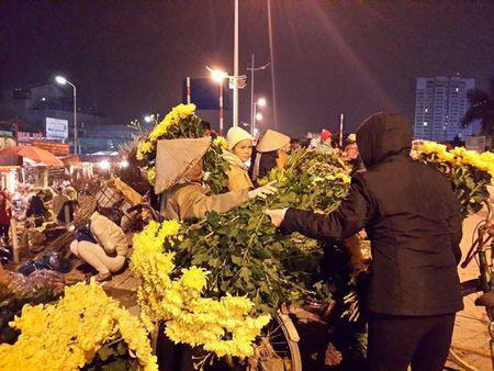 Cho hoa dem Quang An: Ruc ro va nhon nhip ngay giap tet - Anh 9