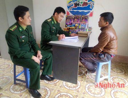 Bat doi tuong van chuyen phao lau tu Lao vao Nghe An - Anh 1