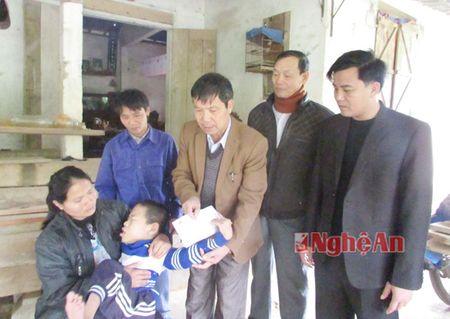 Cac co quan, don vi, doanh nghiep trao qua Tet Binh Than cho ho ngheo - Anh 3