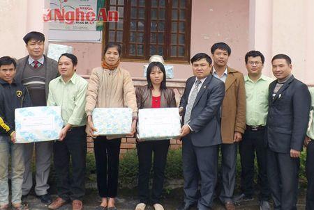 Cac co quan, don vi, doanh nghiep trao qua Tet Binh Than cho ho ngheo - Anh 5