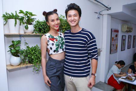 Huynh Anh cham soc ban gai Hoang Oanh o su kien - Anh 1