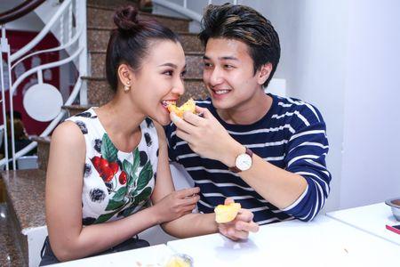Huynh Anh cham soc ban gai Hoang Oanh o su kien - Anh 2