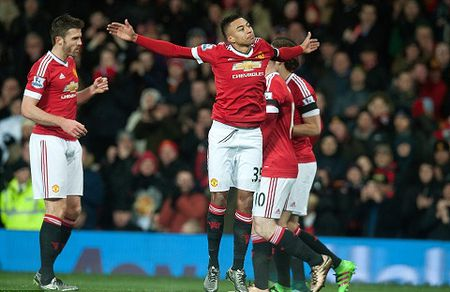Man United 3-0 Stoke: Rooney tiep tuc ghi ban, Man United lai mo top 4 - Anh 2
