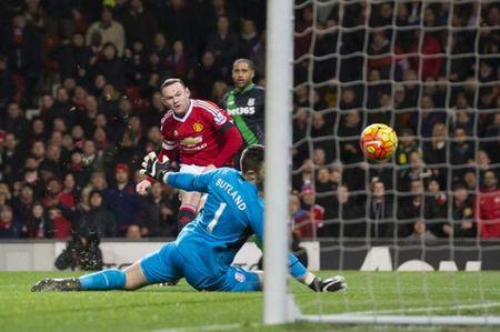 Man United hoi sinh tren doi chan cua Rooney - Anh 1