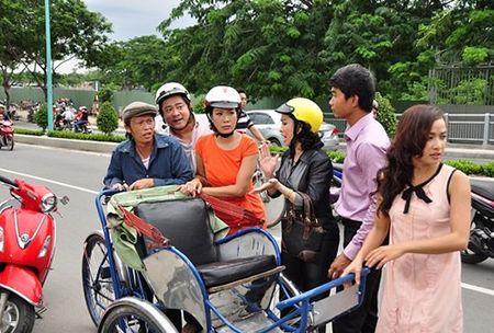 Hoai Linh vat va 'oan lung dap xich lo' mua Tet - Anh 1